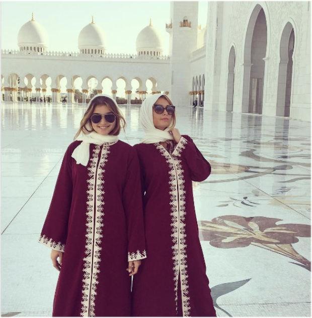 Sosyetik güzel Paris Hilton, model arkadaşı Daniela Lopez Osorio'yla Birleşik Arap Emirlikleri'nin başkenti Abu Dabi'deydi.  Şeyh Zayed Camii'ni gezdiler  Şeyh Zayed Camii'ni gezen Paris Hilton veDaniela Lopez Osorio Instagram'dan fotoğraf paylaşmayı da ihmal etmedi