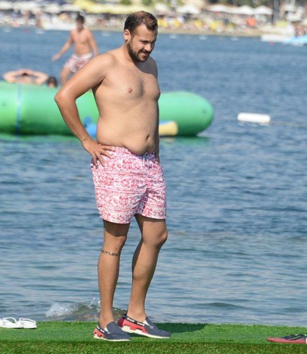 Aldığı kilolarla dikkat çeken oyuncu Ümit Erdim, kız arkadaşıyla Bodrum'da tatilde görüntülendi.