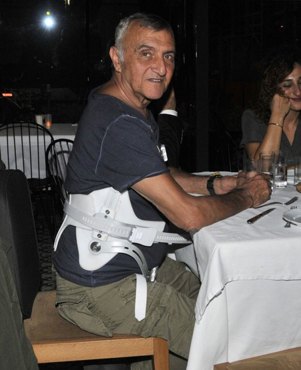 İki ay önce Şile yolunda trafik kazası geçiren usta oyuncu Mustafa Alabora önceki gün yakın dostu Tarık Akan'ın cenaze törenine katıldı. Törenin ardından bir kafede görüntülenen ünlü oyuncu sağlık durumunun iyiye gittiğini söyledi.