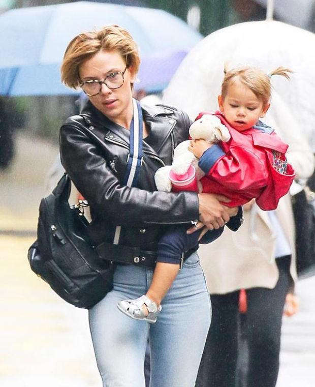 Dünyaca ünlü yıldız Scarlett Johansson, önceki gün 2 yaşındaki kızı Rose ile New York'ta görüntülendi.