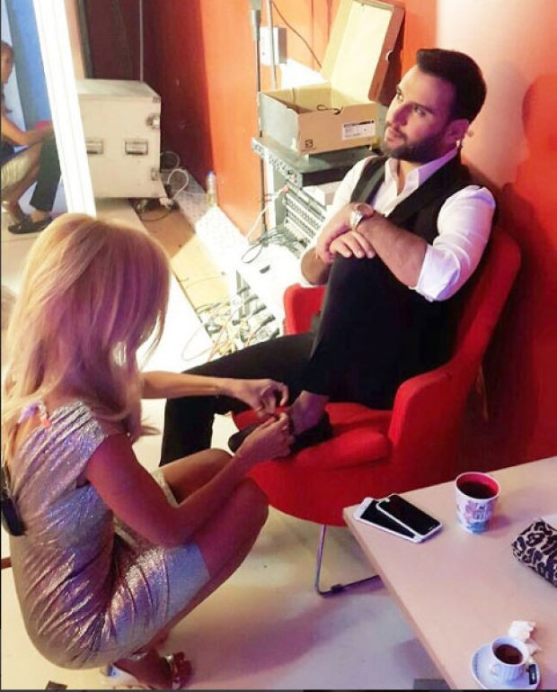 Alişan, Çağla Şıkel'e ayakkabılarını bağlatırken çekilen fotoğrafını 'Canım gudum her detayımla ilgilenir' notu ile Instagram sayfasında paylaştı.