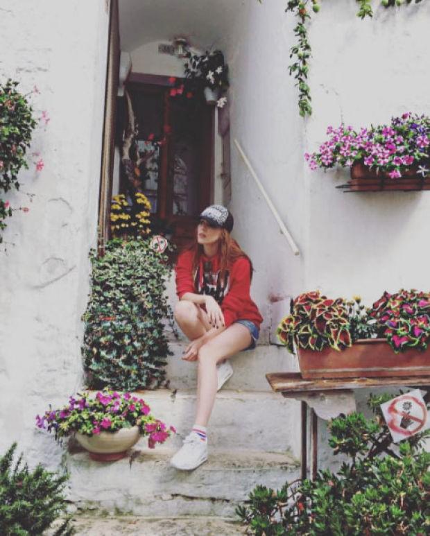 Kiralık Aşk dizisi ile adını geniş kitlelere duyuran Elçin Sangu başarılı oyunculuğu kadar güzelliği ile de adından söz ettiriyor.  Geniş bir hayran kitlesine sahip olan Elçin Sangu sosyal medya hesabından takipçileri ile de sık sık hasret gideriyor.