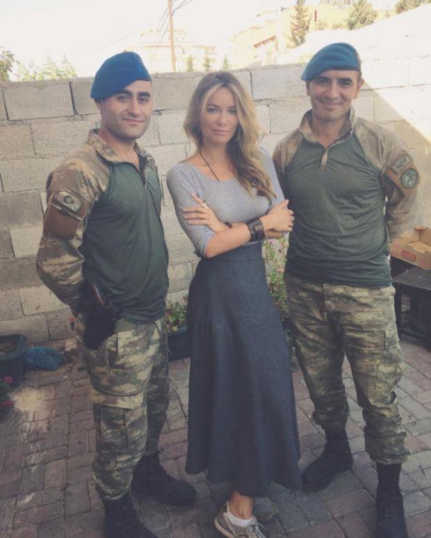 Gamze Özçelik'ten Karkamış'taki askerlere ziyaret