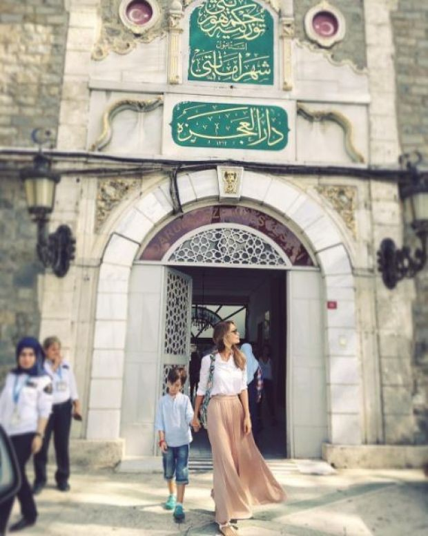 Ünlü isimlerin aksine bayramı İstanbul'da geçiren Gamze Özçelik, önceki gün oğlu Murathan'la darülacezeyi ziyaret etti.  Özçelik, bu anlamlı ziyaretini de instagram'daki takipçileriyle paylaştı. Darülacezenin sakinlerini ziyaret ederek onları mutlu eden güzel oyuncu paylaşımına