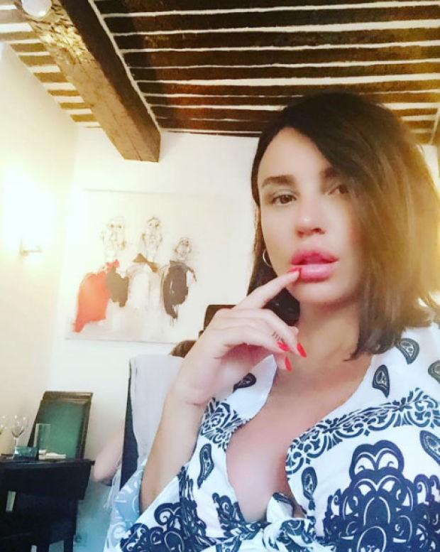 Eşi Ozan Çolakoğlu ile birlikte Fransa'da olan ünlü şarkıcı tatil fotoğraflarını sosyal medya üzerinden takipçileri ile paylaşmaya devam ediyor.