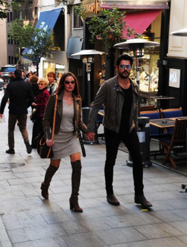Fahriye Evcen ve Burak Özçivit, Nişantaşı sokaklarında uyumlu stilleriyle dikkat çekti.