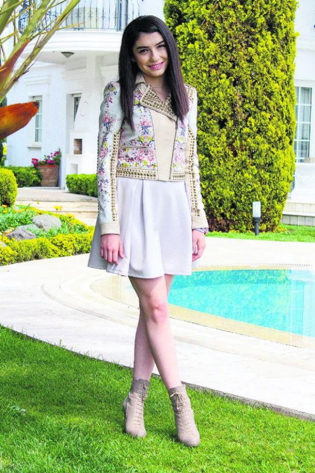 Altın Palmiyeli yönetmen Nuri Bilge Ceylan, yeni filminde başrol oynaması için Hazar Ergüçlü ile anlaştı.  'Yüksek Sosyete' dizisinde 'Cansu' karakterine hayat veren Hazar Ergüçlü, Nuri Bilge Ceylan'ın yeni filminin kadrosuna katıldı.