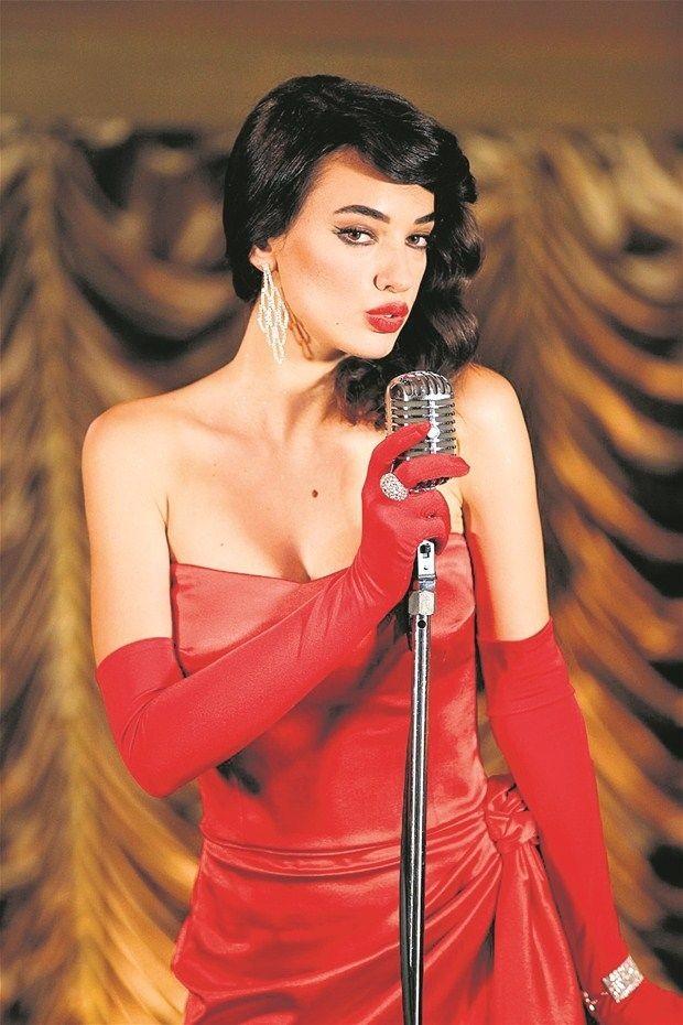 Seda Bakan bir çocuk kanalında yayınlanan Prenses Elena isimli çizgi dizide yer alan iki şarkıyı seslendirmek üzere stüdyoya girdi.