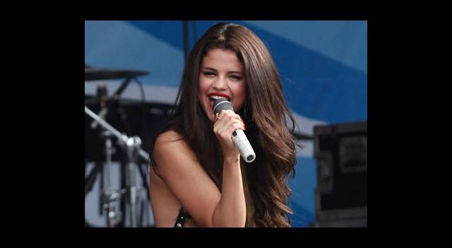 Selena Gomez'den Büyük Frikik