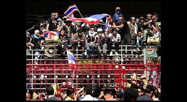 Tayland'da Göstericiler Emniyet Müdürlüğü Binasına Girdi