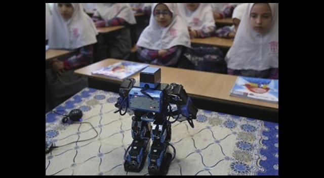 Namaz kılmayı robot Vildan öğretiyor