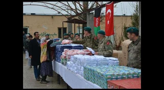 Türk askerinin yardımları devam ediyor