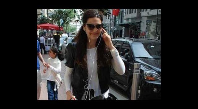Cep Telefonu Bağımlısı Bergüzar Korel