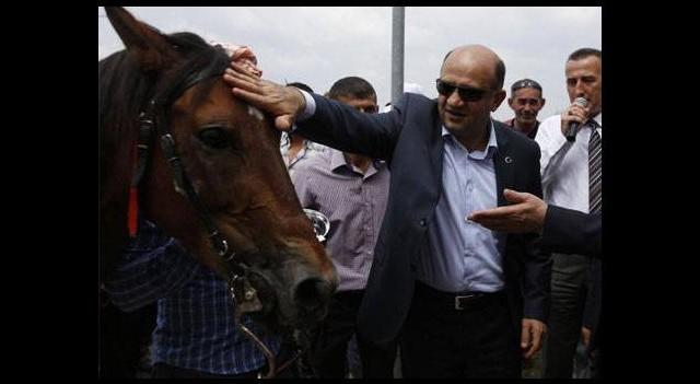 Bakan Işık'a yarış atı hediye edildi