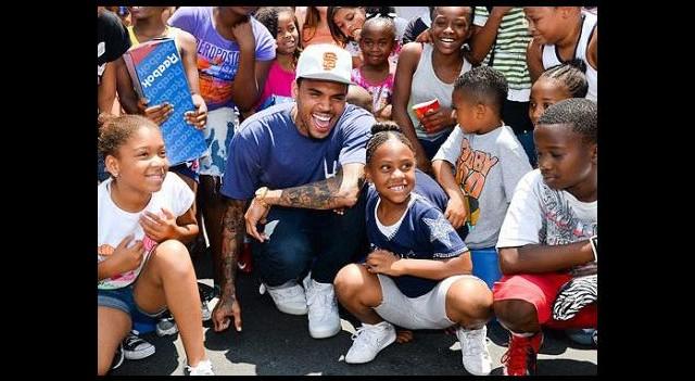 Chris Brown, Bu Kez Hayır Etkinliğiyle Gündemde