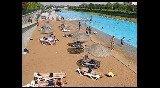 Denizi olmayan şehrin plajına akın!