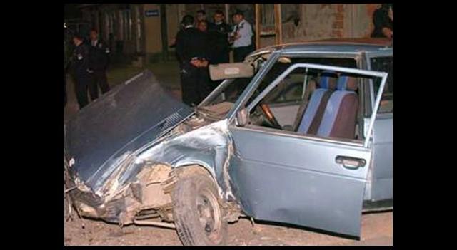 Duvara Çarptıkları Otomobilde Sızdılar!