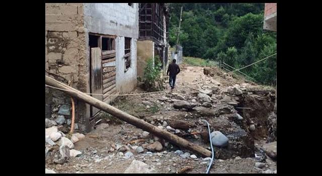 3 köprü yıkıldı! Evleri su bastı...