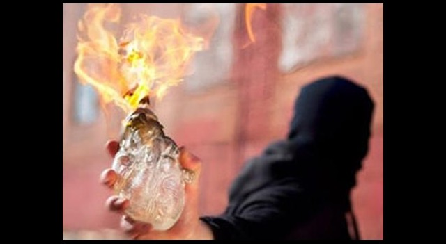 Mersin'de okula bomba attılar