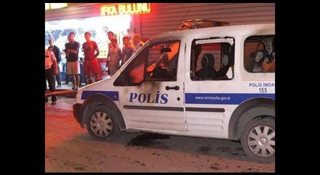 Göstericiler polis aracını ateşe verdi