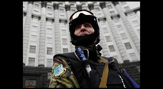 Ukrayna'da göstericiler polis oluyor