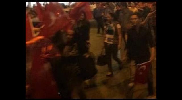 Türk bayrağının indirilmesi tüm yurtta protesto edildi