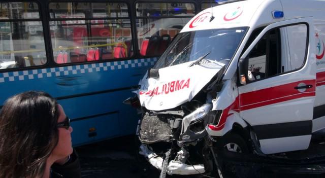 Kadıköy'de halk otobüsü ambulansla çarpıştı