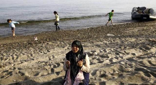 Suriyeli kaçaklar İstanköy'de karaya çıkar çıkmaz namaz kıldı