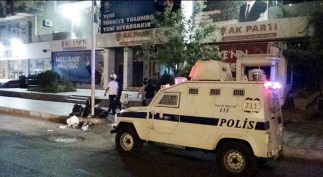 Ak Parti'ye bombalı saldırı! 1 polis yaralı