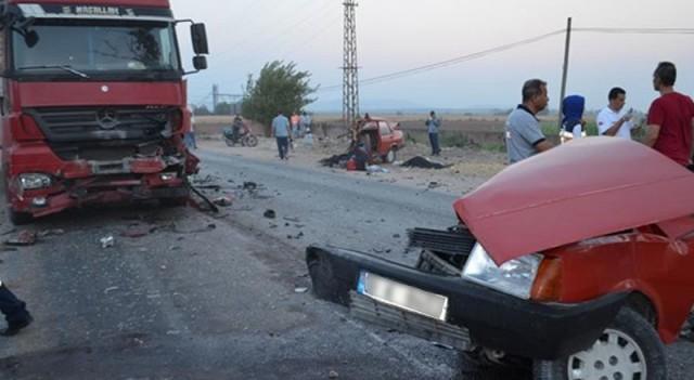 TIR'la çarpışan otomobil ikiye bölündü
