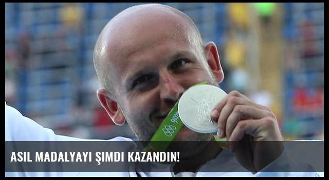 Asıl madalyayı şimdi kazandın!