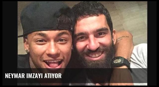 Neymar imzayı atıyor