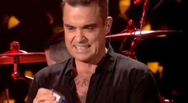 Robbie Williams hayranlarına dokunduktan sonra elini temizledi