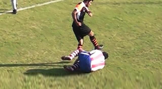 Rakibini tekmeleyen futbolcuya 10 ay hapis cezası
