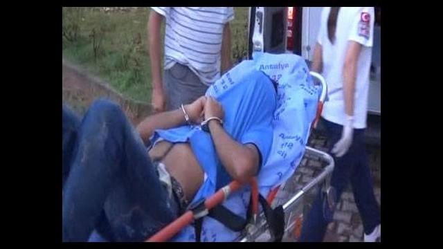 Bayrağı indirmeye çalışan kişi polis tarafından vuruldu