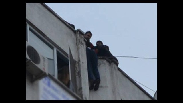 Film sahnesi gibi! Polis intihar eden genci havada yakaladı...
