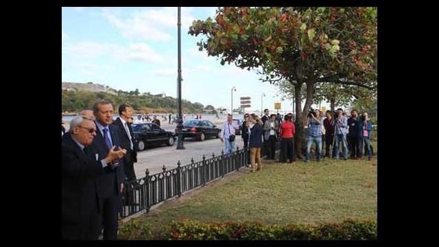 Erdoğan ziyaret edip çiçek bıraktı