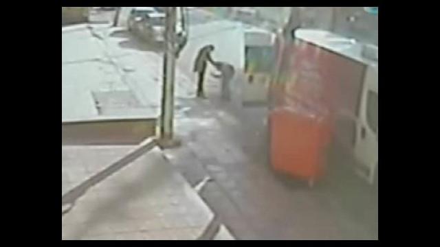 Karısının yanından geçti diye durdurup bıçakladı!