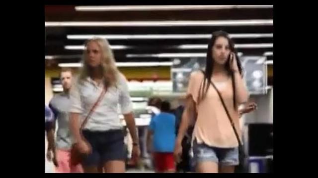 Yoldan geçen kızları kucaklayıp götürdü!