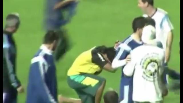 Ronaldinho Messi'nin önünde diz çöktü!