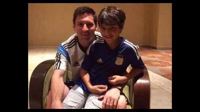 Messi elini sıkmadığı çocukla buluştu