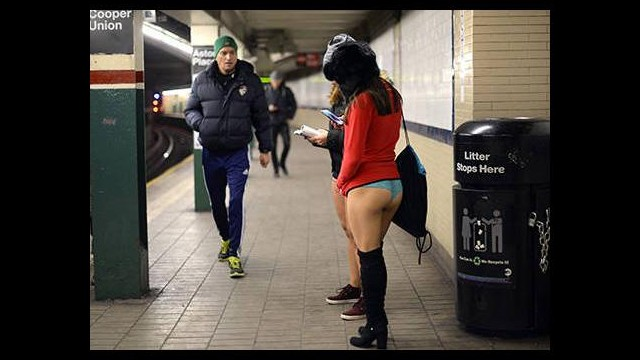 Metroya pantolonsuz bindiler!
