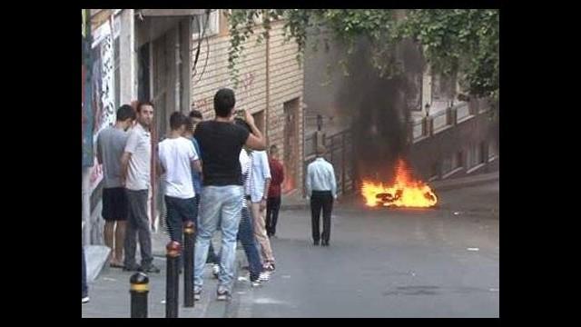 Okmeydanı'nda 2 polis motosikleti yaktılar