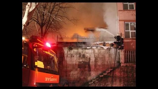 Fatih'te tarihi lisede yangın çıktı!