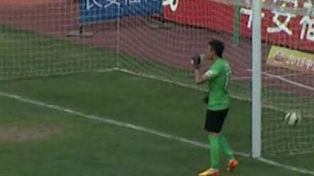 Dünya futbol tarihinde bir ilk! Su içerken golü yedi...