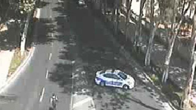 Dolmabahçe'de polise saldırı