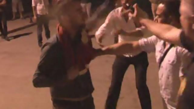 Polise sarılan gence biber gazı!