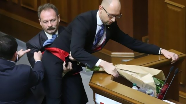 Başbakanı kucaklayıp kürsüden indirdiler!