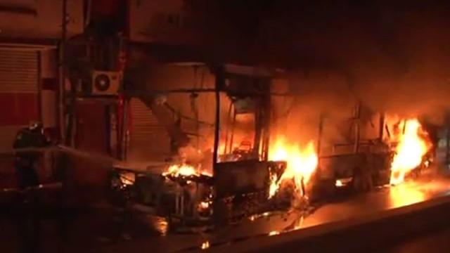 Okmeydanı'nda 2 halk otobüsü ve 1 iş yeri ateşe verildi