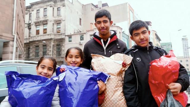 Sokaklardaki çocuklara yeni yıl sürprizi